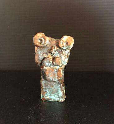 """Leif Sylvester: """"KysseMundl"""". UNIKA Figur af forkobret keramik. Sign. L.S. 1/1, H. 8 cm."""
