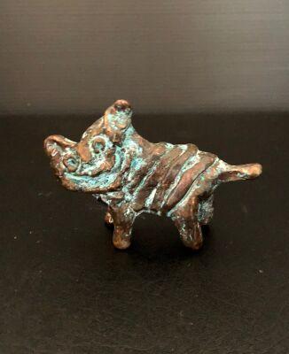 """Leif Sylvester: """"Kat"""". UNIKA Figur af forkobret keramik. Sign. L.S. 1/1, L. 8,5 cm."""